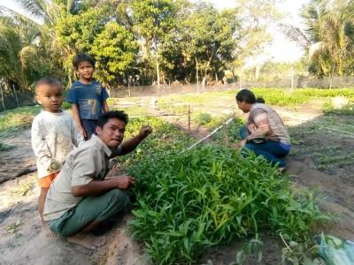 choun klein smailing family in garden